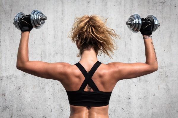 Упражнения для спины с гантелью