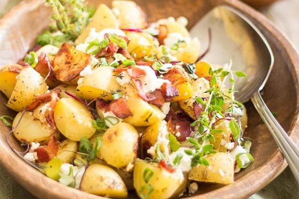 Салат с беконом и картофелем