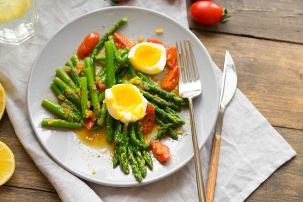 Салат со спаржей и помидорами